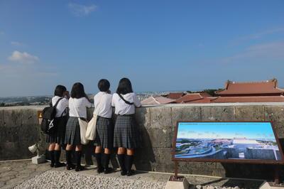 首里城からの景色を眺める生徒たち